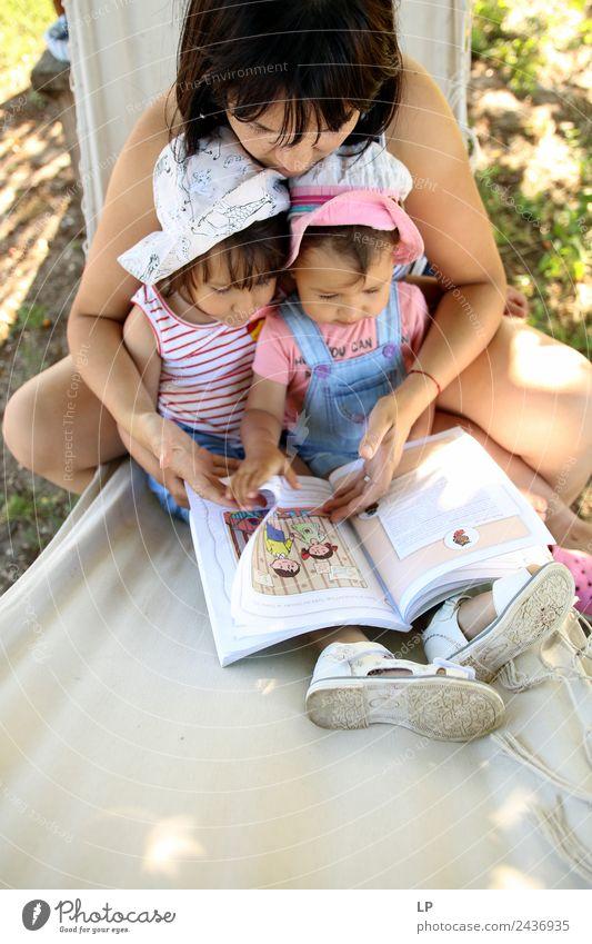 Geschichten lesen Kindererziehung Bildung Kindergarten lernen Klassenraum Schüler Lehrer Berufsausbildung Mensch Eltern Erwachsene Mutter Geschwister