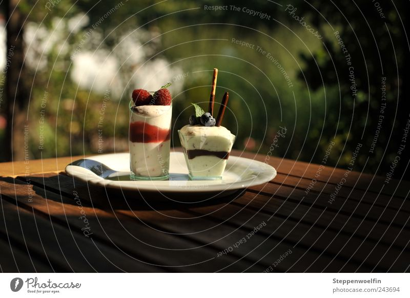 Sommerdessert Ferien & Urlaub & Reisen weiß grün rot Farbe Holz braun Ernährung Freizeit & Hobby Tourismus Tisch Speiseeis Café Terrasse Beeren Gastronomie
