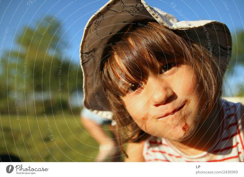Glückliches Mädchen mit Essen am Mund Lifestyle Freude Wohlgefühl Freizeit & Hobby Spielen Kinderspiel Sommerurlaub Kindererziehung Bildung Kindergarten Erfolg