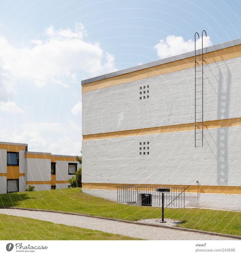 Wohnwelt Himmel Sommer Haus Wolken gelb Wiese Wand oben Stein Mauer Gebäude Linie Architektur Beton Fassade
