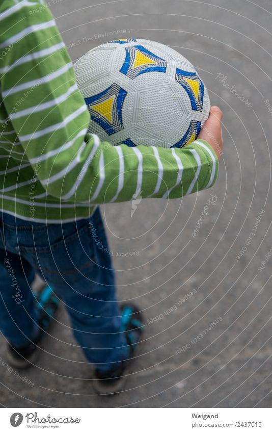 Fußball III Sport Ballsport Kind Junge 1 Mensch 3-8 Jahre Kindheit einfach Freizeit & Hobby Ferien & Urlaub & Reisen Außenaufnahme Textfreiraum unten