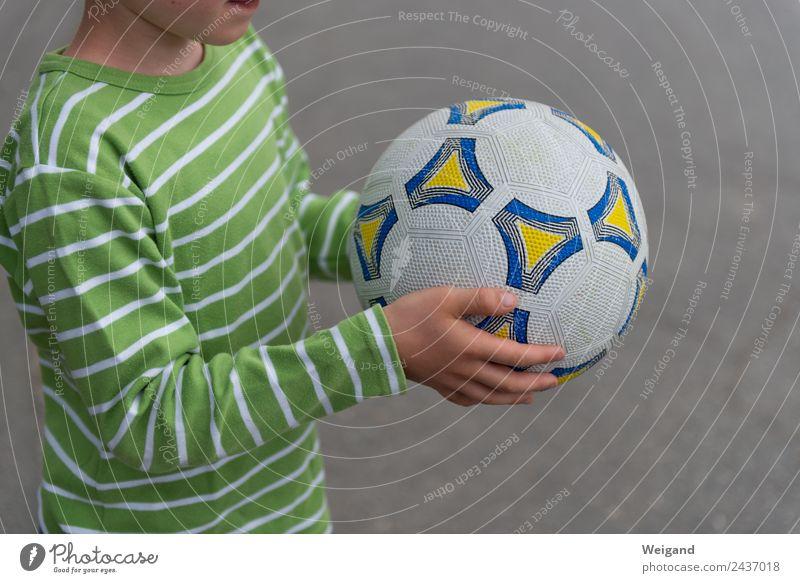Fußball II Gesundheit Sport Ballsport Kind Schulhof Junge 3-8 Jahre Kindheit berühren Ferien & Urlaub & Reisen Farbfoto Schwache Tiefenschärfe