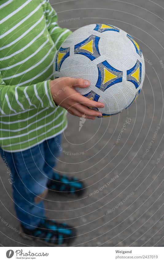 Fußball I Sport Ballsport Kindergarten Junge Kindheit Jugendliche 1 Mensch 3-8 Jahre Bewegung lachen Ferien & Urlaub & Reisen Freizeit & Hobby Farbfoto