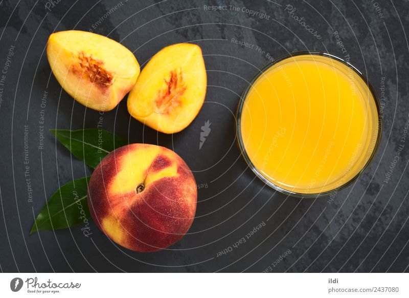 Pfirsichsaft oder Nektar Frucht Getränk Saft frisch Lebensmittel trinken Steinfrucht Erfrischung süß Glas Schiefer Overhead Top horizontal erfrischend reif