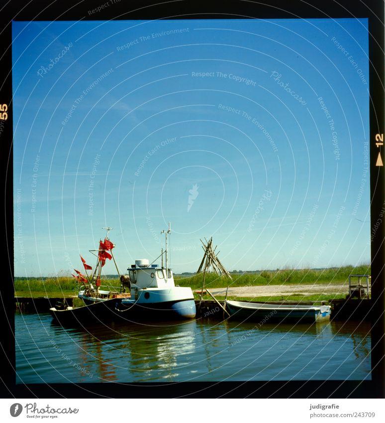 Kleiner Hafen Himmel Natur Wasser blau Sommer Landschaft Küste klein Seeufer Schönes Wetter Ruderboot Wolkenloser Himmel Fischerboot Wasserfahrzeug