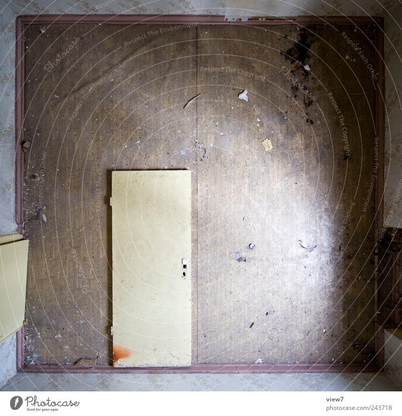 Ausgang Wohnung Raum Haus Mauer Wand Tür Stein Beton Holz Linie Streifen alt authentisch dreckig einfach Einsamkeit einzigartig Ende Endzeitstimmung Ordnung