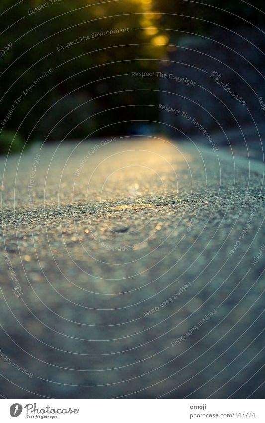 Asphaltaussicht Straße blau Bürgersteig Bordsteinkante glänzend Bodenbelag Farbfoto Außenaufnahme Strukturen & Formen Menschenleer Textfreiraum unten Morgen