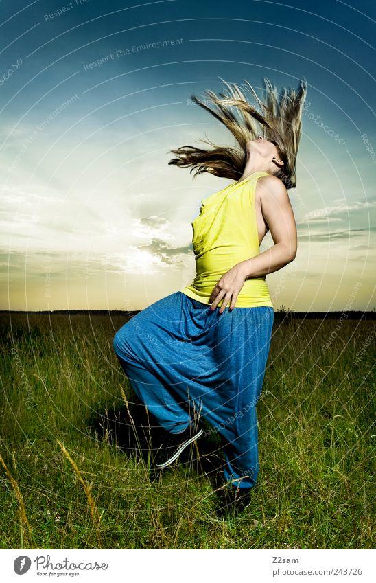 hingabe Lifestyle elegant Stil 1 Mensch 18-30 Jahre Jugendliche Erwachsene Natur Landschaft Himmel Horizont Sonne Wiese T-Shirt Hose blond langhaarig Bewegung