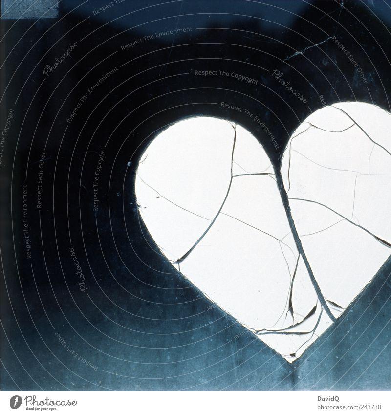 Love is gone Zeichen Herz alt kaputt schwarz weiß Gefühle Liebe Liebeskummer Schmerz Traurigkeit Trennung Außenaufnahme Nahaufnahme Detailaufnahme Menschenleer