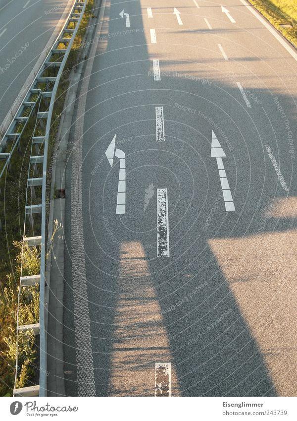 Geradeaus? ruhig Straße Straßenverkehr frei Verkehr Brücke fahren Pfeil Richtung trocken Verkehrswege Autofahren Straßenbelag links Fahrbahn abbiegen