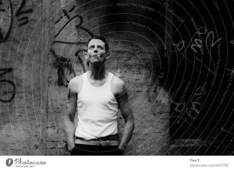 Mann mit Zigarette Mensch Jugendliche Erwachsene Freundschaft Kraft maskulin 18-30 Jahre Ruine Junger Mann