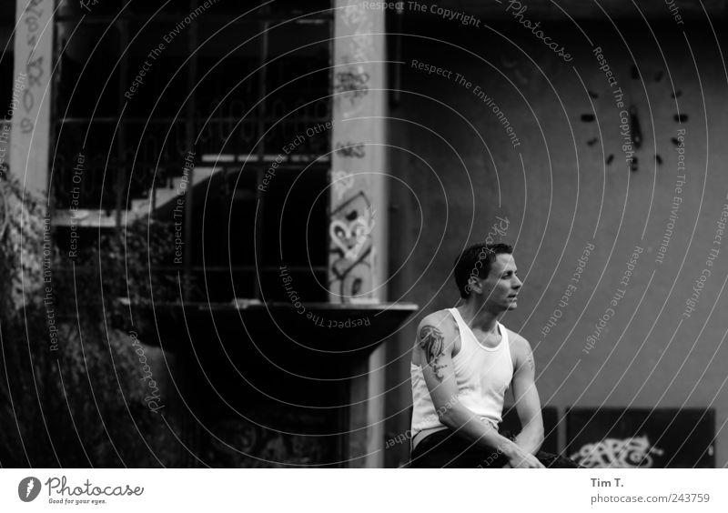 Mann und die Zeit Mensch maskulin Junger Mann Jugendliche 1 18-30 Jahre Erwachsene stagnierend Ruine Schwarzweißfoto Außenaufnahme Tag Wegsehen