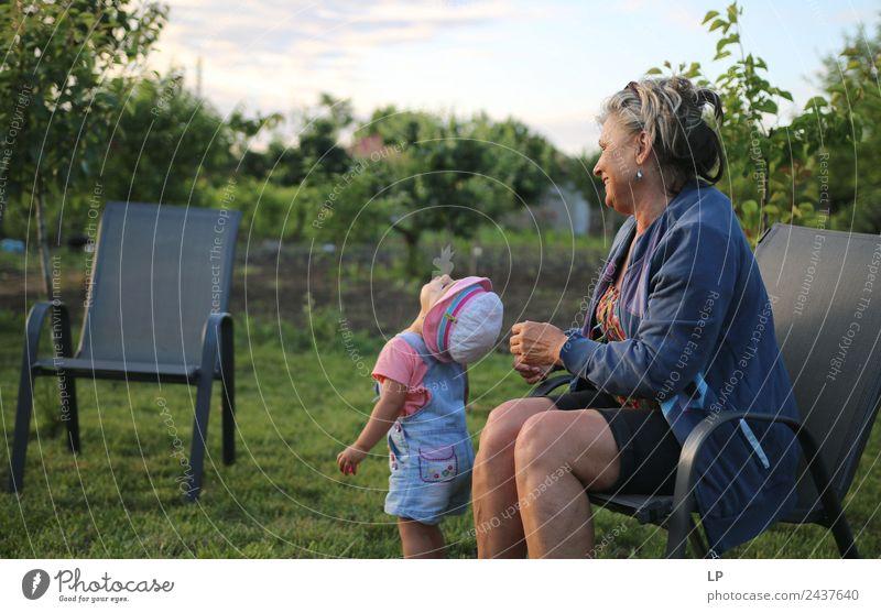 in den Himmel schauen Lifestyle Freizeit & Hobby Spielen Kindererziehung Bildung Mensch Frau Erwachsene Weiblicher Senior Eltern Mutter Großeltern