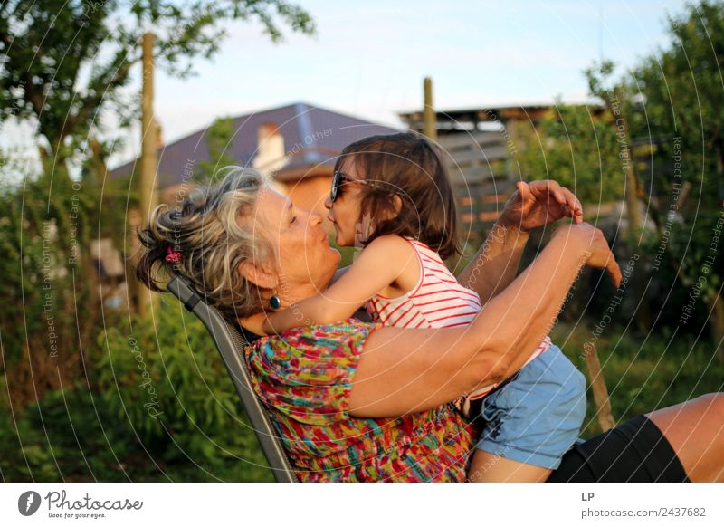 Kuss Lifestyle Freude Kindererziehung Bildung Mensch feminin Frau Erwachsene Weiblicher Senior Eltern Geschwister Großeltern Großmutter Familie & Verwandtschaft
