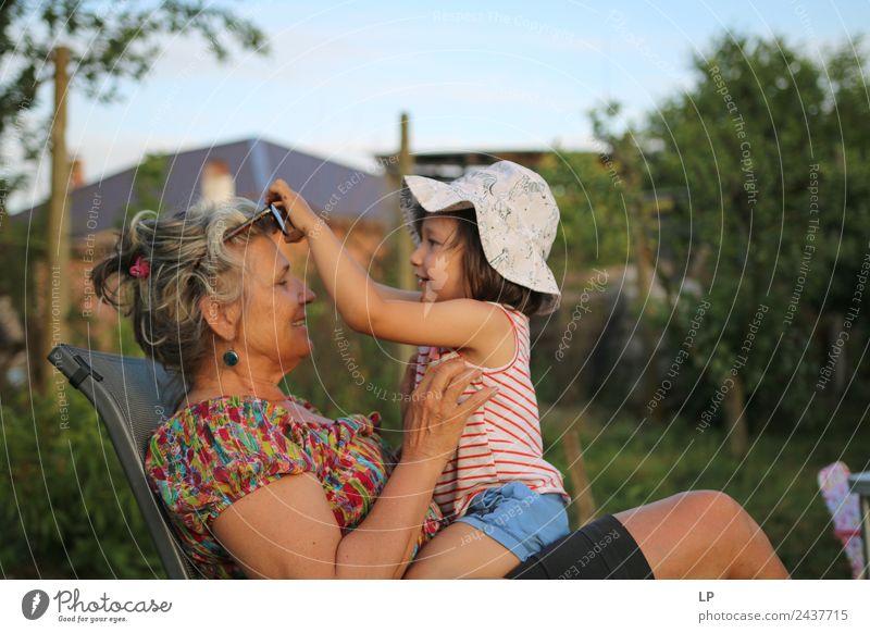 Gib mir deine Brille. Lifestyle Freude Leben harmonisch Wohlgefühl Zufriedenheit Erholung Spielen Kinderspiel Kindererziehung Bildung Mensch feminin Frau