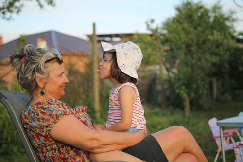 Ich strecke meine Zunge heraus. Kindererziehung Bildung Mensch Weiblicher Senior Frau Eltern Erwachsene Geschwister Großeltern Familie & Verwandtschaft Paar