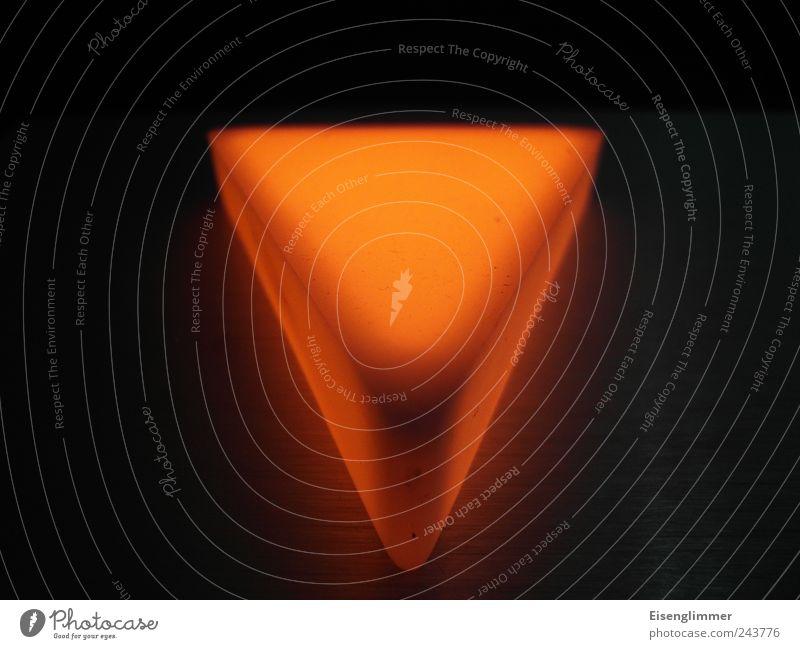 Abwärtstrend Zeichen Pfeil Symmetrie Lichtzeichen Fahrstuhl Lampenlicht unten richtungweisend Richtung Innenaufnahme Detailaufnahme Menschenleer