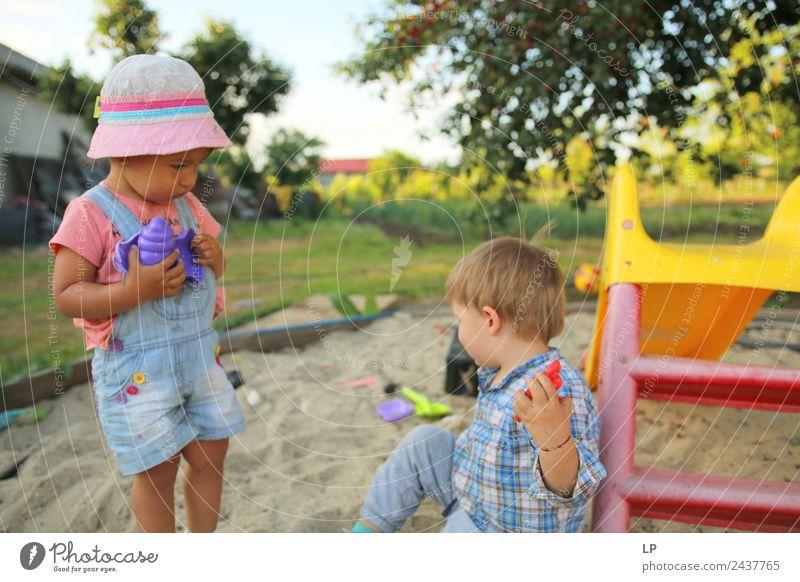 im Sand spielende Kinder, die sich über Sandspielzeug unterhalten Spielen Kinderspiel Häusliches Leben Kindererziehung Bildung Kindergarten Büroarbeit Karriere