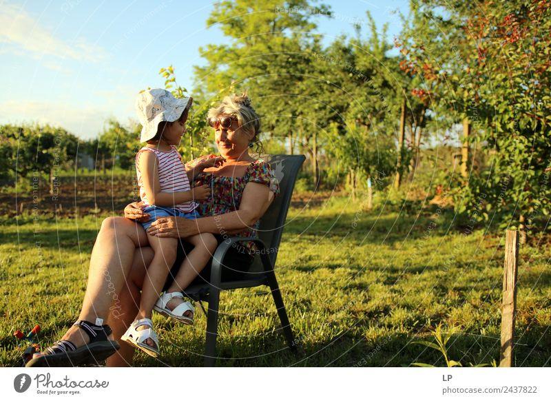 Mensch Ferien & Urlaub & Reisen Erholung ruhig Freude Erwachsene Lifestyle Leben Senior Familie & Verwandtschaft Spielen Garten Zufriedenheit Kindheit
