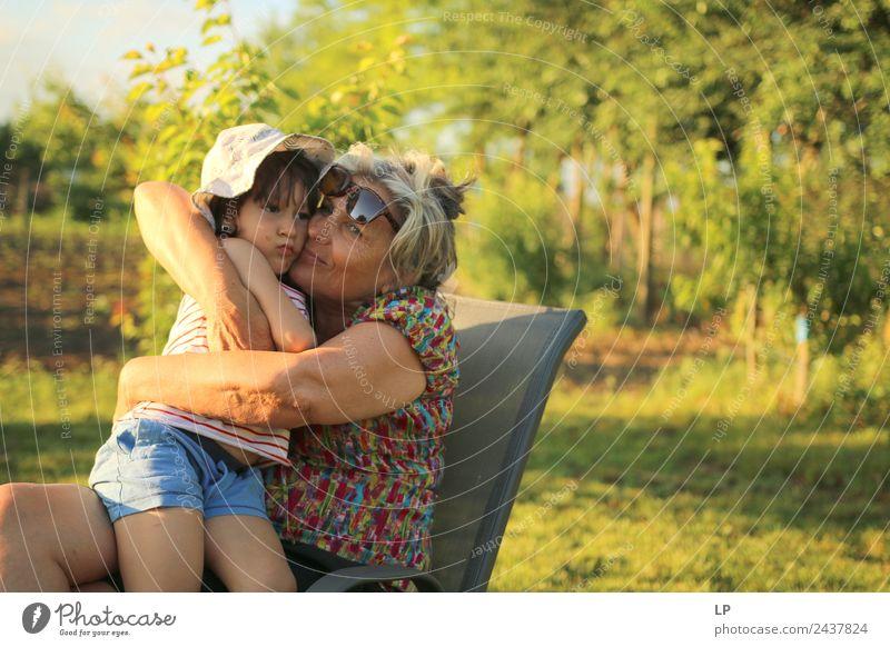 warme Umarmung Kindererziehung Bildung Kindergarten Mensch Weiblicher Senior Frau Eltern Erwachsene Geschwister Großeltern Familie & Verwandtschaft Partner