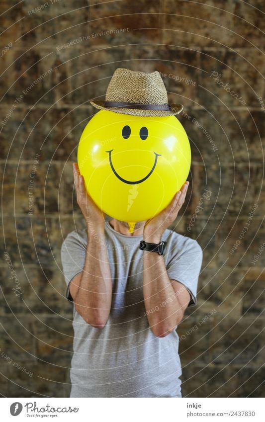 Achtes Bild mit gelbem Smiley Mensch Mann Freude Gesicht Erwachsene Lifestyle Leben Gefühle Spielen Stimmung Freizeit & Hobby 45-60 Jahre Lächeln Fröhlichkeit