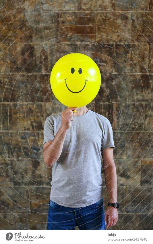 Fünftes Bild mit gelbem Smiley Lifestyle Freude Freizeit & Hobby Spielen Mann Erwachsene Leben 1 Mensch 30-45 Jahre 45-60 Jahre Luftballon Zeichen festhalten