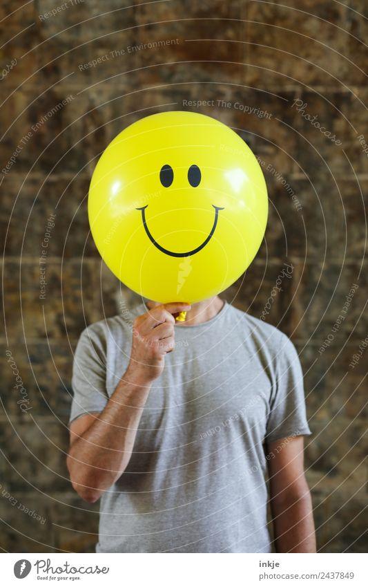 Siebtes Bild mit gelbem Smiley Lifestyle Freude Freizeit & Hobby Spielen Mann Erwachsene Leben 1 Mensch 30-45 Jahre 45-60 Jahre Luftballon Zeichen festhalten