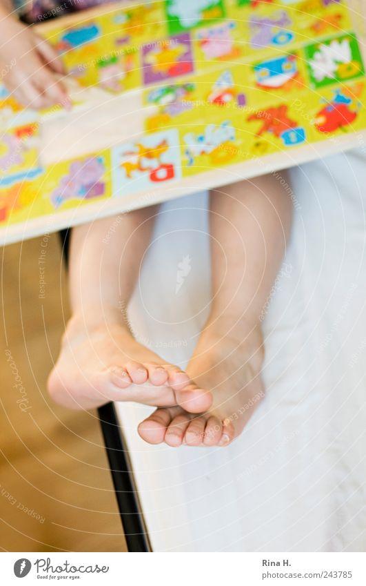 Konzentration Kind Mädchen Freude gelb Spielen Beine hell Fuß Kindheit Freizeit & Hobby lernen Spielzeug berühren Kleinkind Konzentration 3-8 Jahre