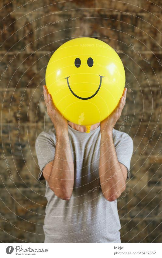 Sechstes Bild mit gelbem Smiley Lifestyle Freude Freizeit & Hobby Spielen maskulin Mann Erwachsene Leben 1 Mensch 30-45 Jahre 45-60 Jahre Luftballon Zeichen