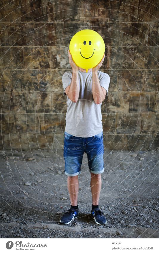 Viertes Bild mit gelbem Smiley Mensch Mann Freude Erwachsene Lifestyle Leben Gefühle Spielen Stimmung Freizeit & Hobby maskulin Körper 45-60 Jahre Lächeln