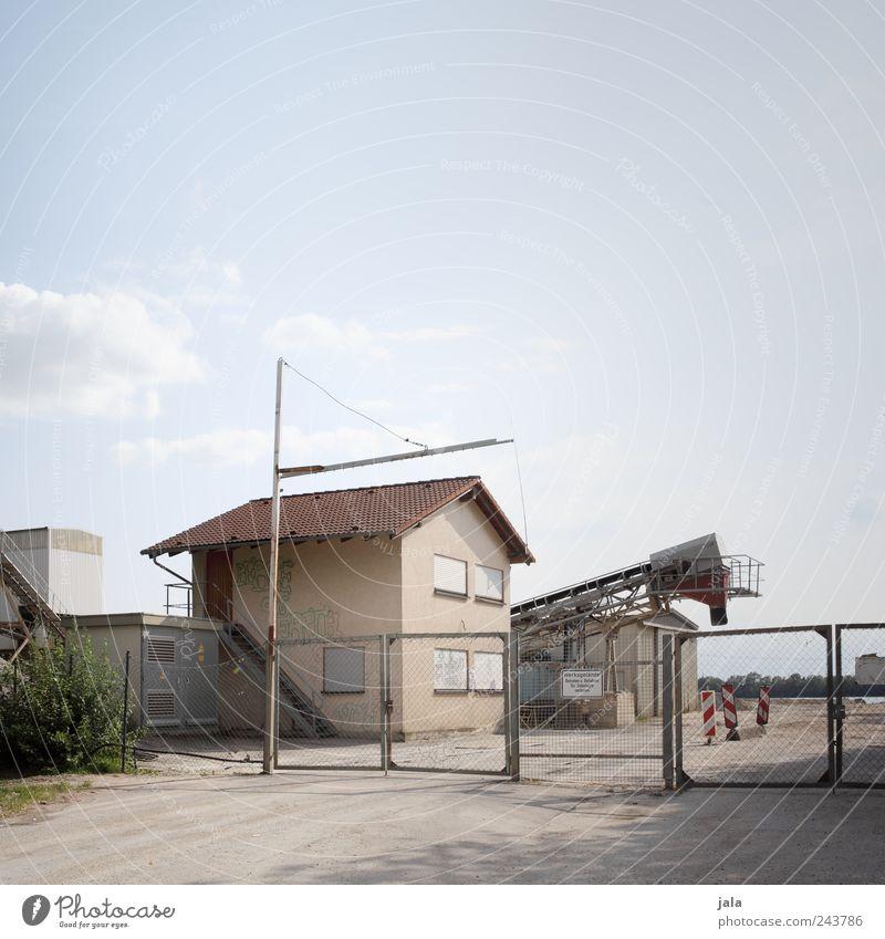 kieswerk Himmel Haus Architektur Gebäude trist Bauwerk Tor Zaun Industrieanlage