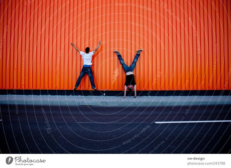 Orange County | The X and the Y Mensch Mann Jugendliche Freude Erwachsene Straße Wand Spielen springen Mauer Freundschaft lustig orange Freizeit & Hobby Fassade