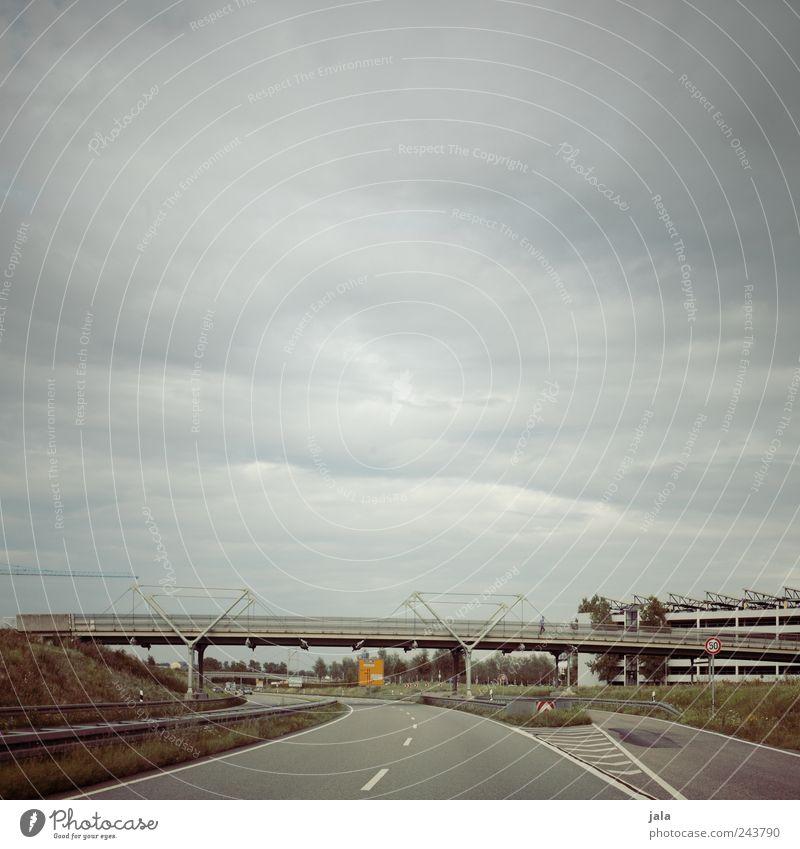 verkehrswege Landschaft Himmel Wolken Pflanze Gras Haus Brücke Bauwerk Gebäude Architektur Straße trist Stadt Farbfoto Außenaufnahme Textfreiraum oben