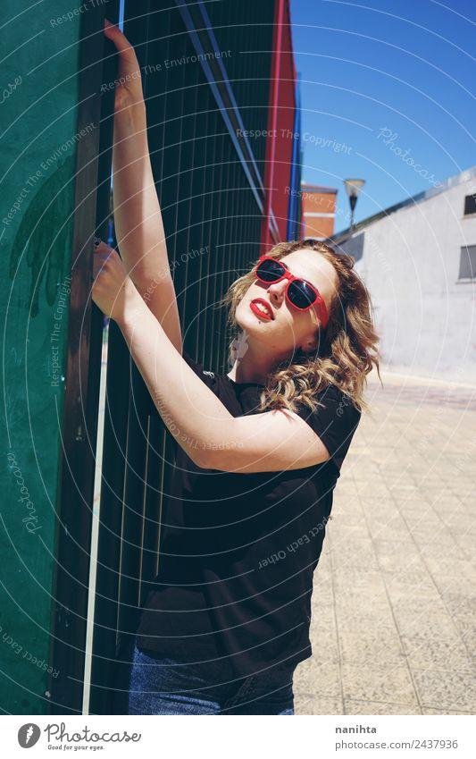 Junge blonde Frau mit Sonnenbrille auf der Straße Lifestyle Stil Wellness Leben Ferien & Urlaub & Reisen Städtereise Sommer Sommerurlaub Mensch feminin