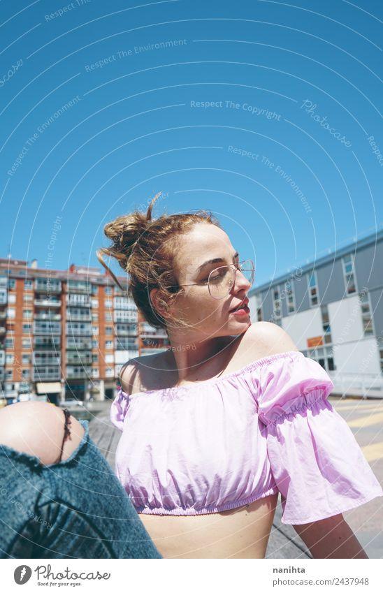 Junge blonde Frau an einem sonnigen Tag in der Stadt Lifestyle elegant Stil schön Haut Gesicht Wellness harmonisch Erholung Ferien & Urlaub & Reisen Sommer