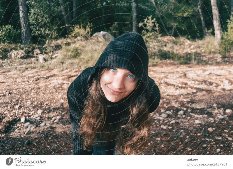 ein Mädchen mit langen Haaren und blauen Augen in den Bergen, das mit einer Kapuze lächelt Lifestyle Glück schön Gesicht Erholung Freiheit Berge u. Gebirge