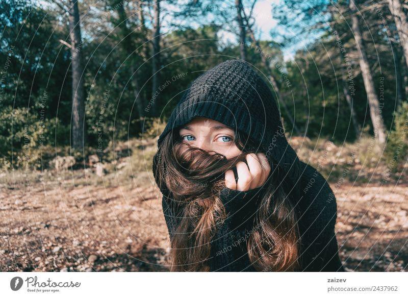 ein Mädchen mit langen Haaren und blauen Augen in den Bergen, die ihr Gesicht mit ihren Haaren bedecken Lifestyle elegant Stil Glück schön Erholung Freiheit