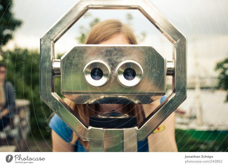 junge Frau schaut durch Fernglas Ferien & Urlaub & Reisen Tourismus Ausflug Ferne Freiheit Sightseeing Mensch Auge 1 Blick Überwachung Aussicht Teleskop