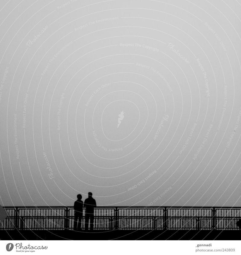 Ruhe vor dem Sturm Mensch Paar 2 Himmel schlechtes Wetter Traurigkeit ruhig Brücke Zusammensein Partnerschaft Schwarzweißfoto Außenaufnahme Textfreiraum oben