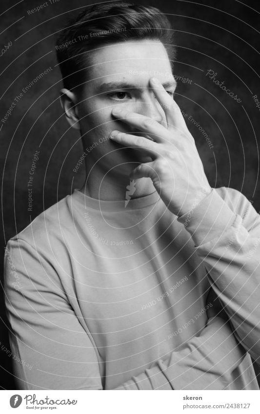 der junge traurige Typ bedeckt sein Gesicht mit seiner Hand. Mensch maskulin Junger Mann Jugendliche Erwachsene Haut Haare & Frisuren Auge Nase Arme 1