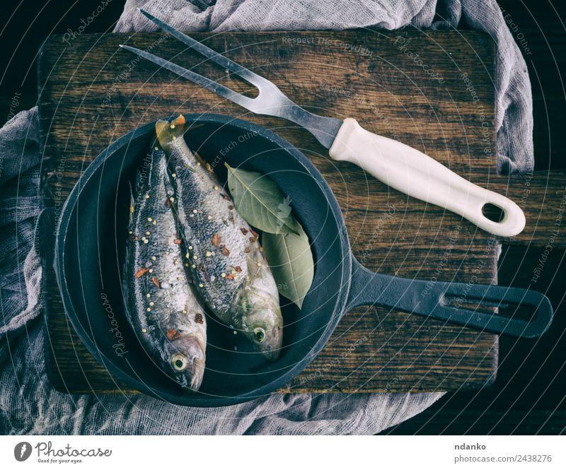geschälter Fisch von Schuppen Meeresfrüchte Kräuter & Gewürze Ernährung Abendessen Diät Pfanne Tisch Tier Fluss Holz dunkel frisch oben retro braun schwarz