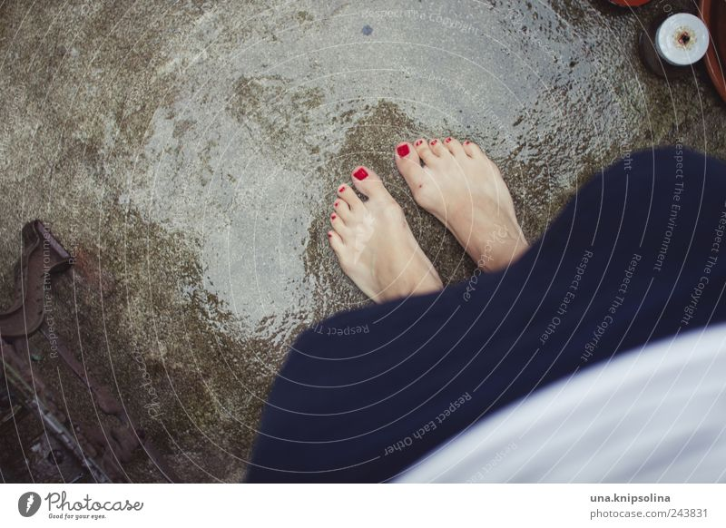 regen.sommer|sommer.regen Mensch Frau rot Erwachsene Umwelt feminin Fuß Regen Wetter glänzend stehen nass Balkon Rock Terrasse Barfuß