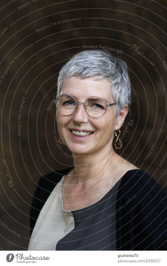 Best age   UT Dresden   Schöne, lächelnde, zufriedene Frau 50+ mit toller Ausstrahlung feminin Erwachsene Leben 1 Mensch 45-60 Jahre Ohrringe Brille grauhaarig