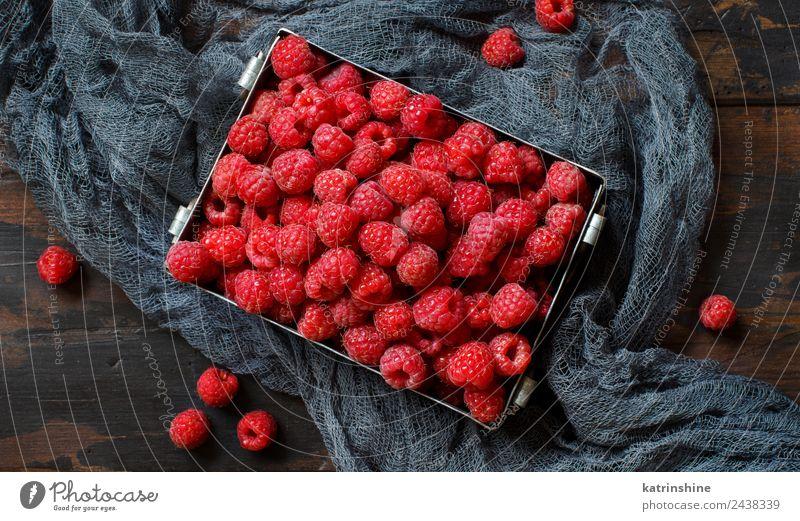 Frische Himbeeren in einer Metalldose Frucht Dessert Ernährung Frühstück Vegetarische Ernährung Diät Sommer dunkel frisch natürlich rosa rot Hintergrund Beeren