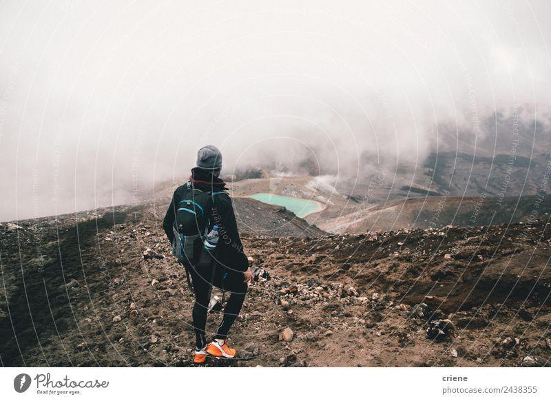 junge männliche Erwachsene beim Wandern bei nebligem Wetter in den Bergen schön Ferien & Urlaub & Reisen Ausflug Abenteuer Berge u. Gebirge wandern Mensch Natur