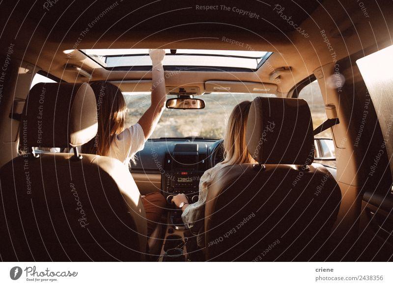 junge Frauen, die den Urlaub im Auto auf einer Autofahrt genießen. Lifestyle Freude Glück schön Ferien & Urlaub & Reisen Ausflug Sommer Mensch Erwachsene