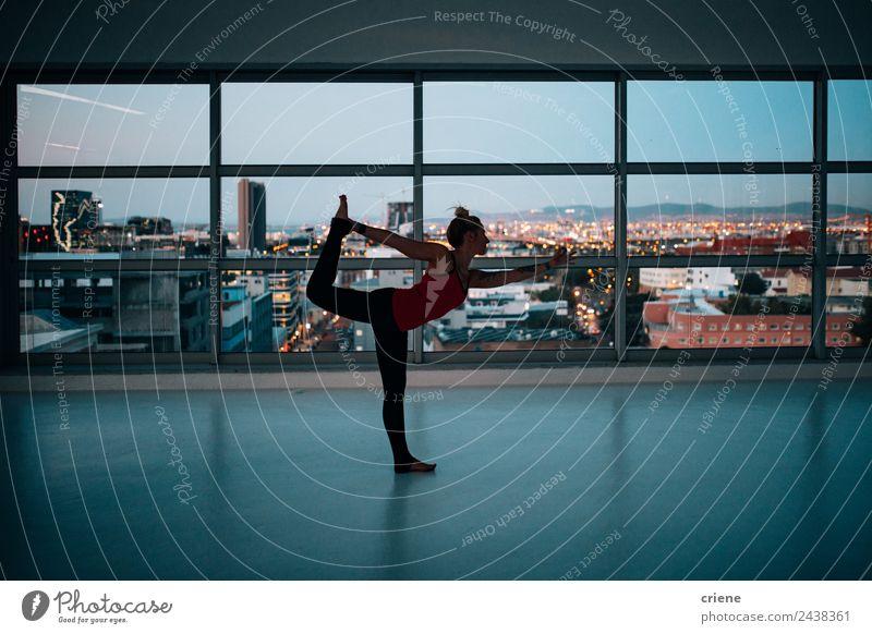 kaukasische Frau, die an einer Yoga-Übung übt. Lifestyle Freude schön Körper Wellness Erholung Sport Mensch Erwachsene Skyline Fitness Menschen jung Tun