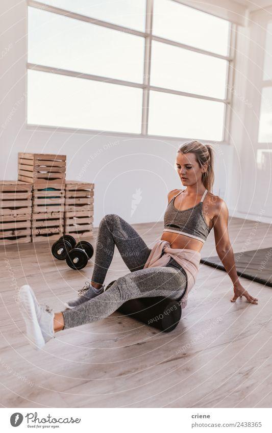 junge Frau Schaumstoff rollt nach dem Training im Fitnessstudio Lifestyle Stil schön Körper Sport Yoga Erwachsene sitzen sportlich dünn hell Kraft Konzentration