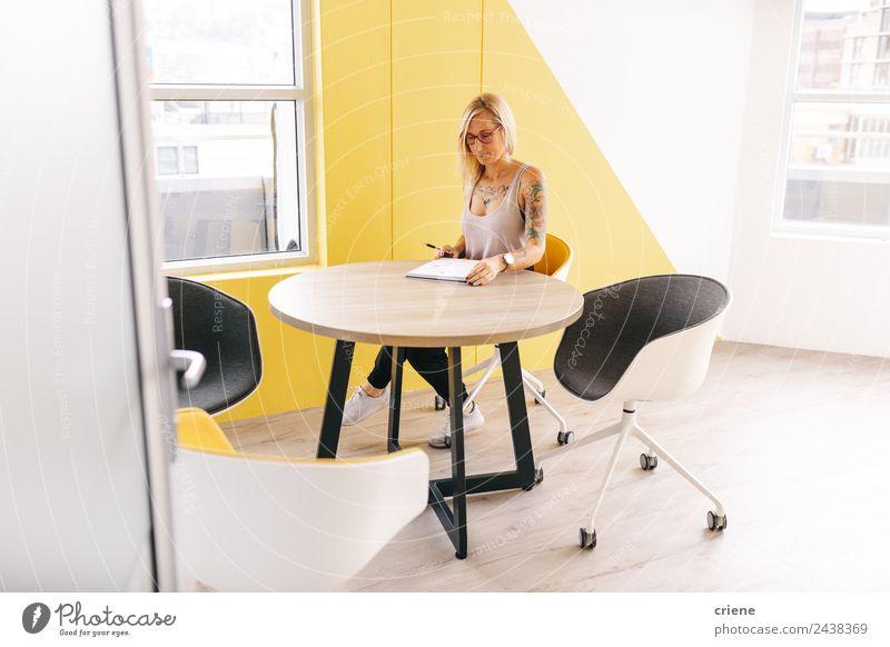 tätowierte geschäftige Geschäftsfrau schreibt Notizen im Besprechungsraum schön Schreibtisch Stuhl Tisch lernen Arbeit & Erwerbstätigkeit Beruf Büro Business