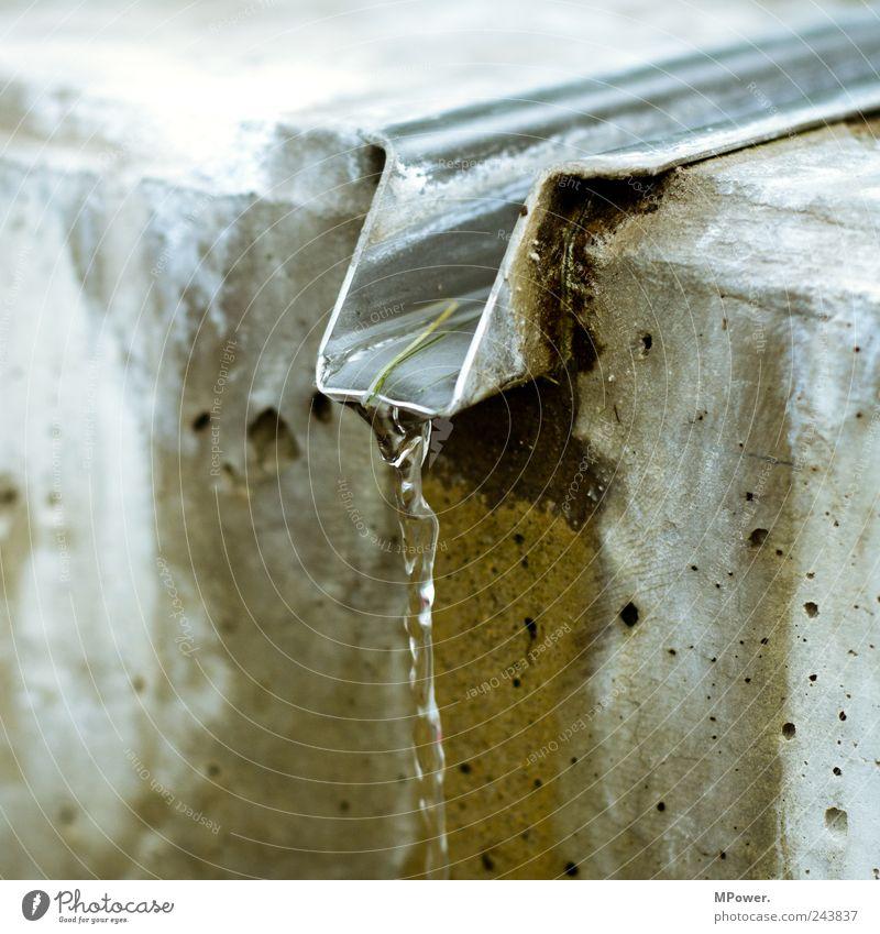 überlauf Gebäude Architektur Mauer Wand Dachrinne Flüssigkeit nass grau Wasser Regenrinne Beton Aluminium Überlauf Tropfen Ecke Farbfoto Gedeckte Farben